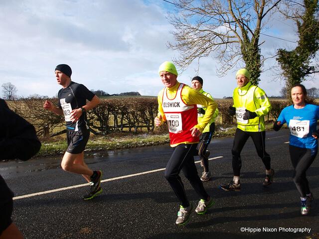 コンプレッションウェアを着用してマラソンを走る人