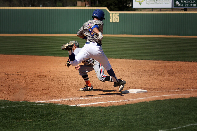 コンプレッションウェアを着用して野球をプレイする人