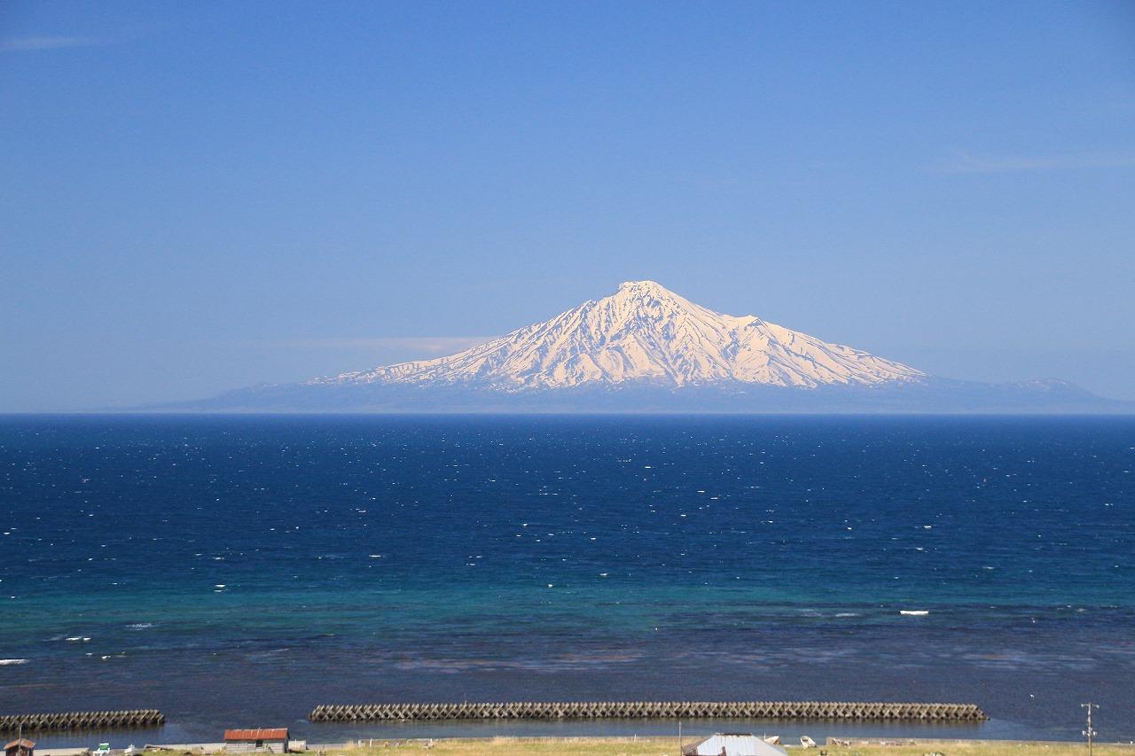 海に浮かぶ利尻富士
