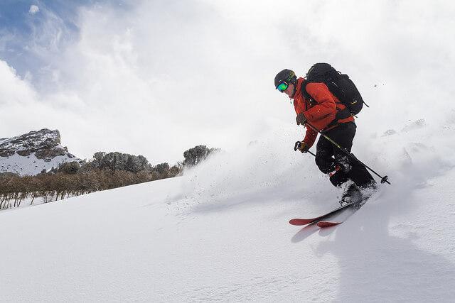 ソフトシェルを着てスキーをする人